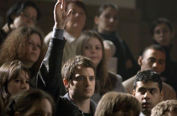 Elijah Wood tra il pubblico in una scena del film Oxford Murders - Teorema di un delitto
