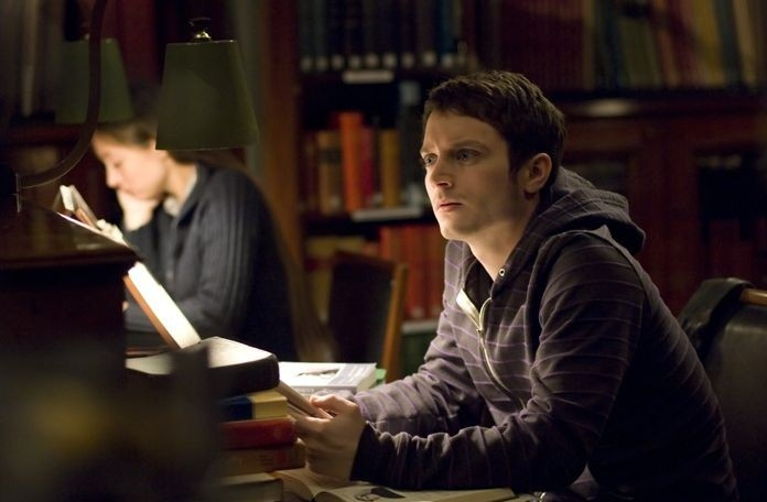 Elijah Wood in una scena del film Oxford Murders