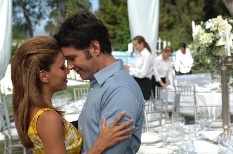 Eva Longoria e Paul Rudd in una scena del film La sposa fantasma