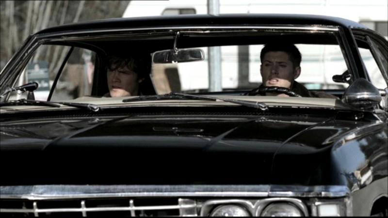 Jared Padalecki e Jensen Ackles a bordo della fedele Impala mentre seguono un sospettato durante l'episodio 'Bugs'