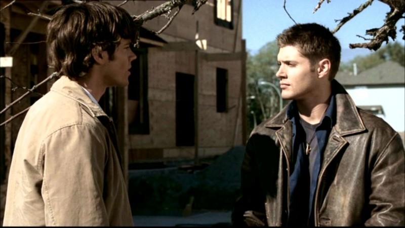 Jared Padalecki e Jensen Ackles fanno a testa o croce per decidere chi dei due dovà calarsi nella fossa per cercare qualche indizio in 'Insetti'