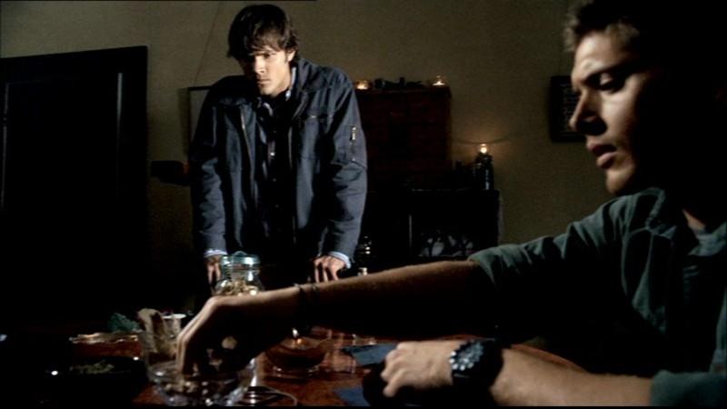Jared Padalecki e Jensen Ackles mentre preparano gli strumenti per scacciare via il poltergeist nell'episodio 'Home' di Supernatural