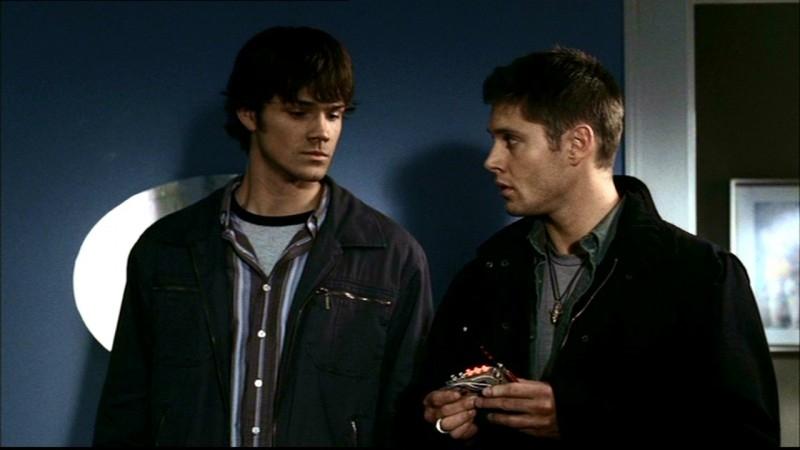 Jared Padalecki e Jensen Ackles nella nursery dove la madre morì tra le fiamme, nell'episodio 'Ritorno a casa'