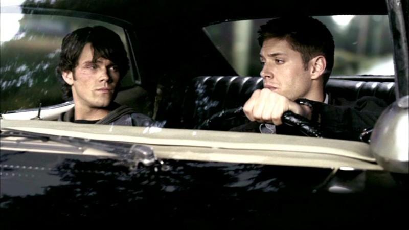 Jared Padalecki e Jensen Ackles si allontanano dopo aver risolto il caso del mutaforme in 'Sikn'