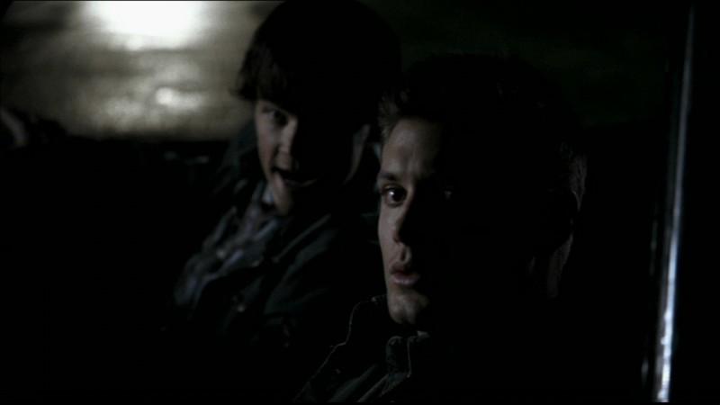 Jared Padalecki e Jensen Ackles sorvegliano la vecchia casa dei Winchester nell'episodio 'Home'