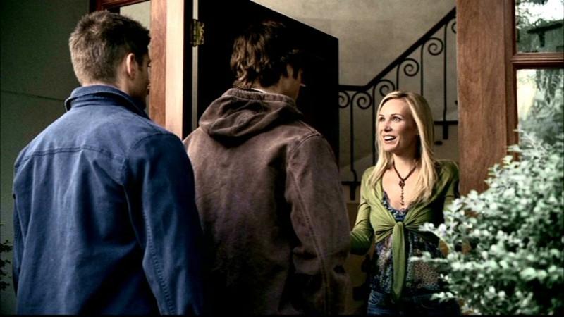 Jared Padalecki, Jensen Ackles e Amy Grabow sulla soglia di casa del personaggio interpretato da Amy, Becky Warren, nell'episodio 'Skin'