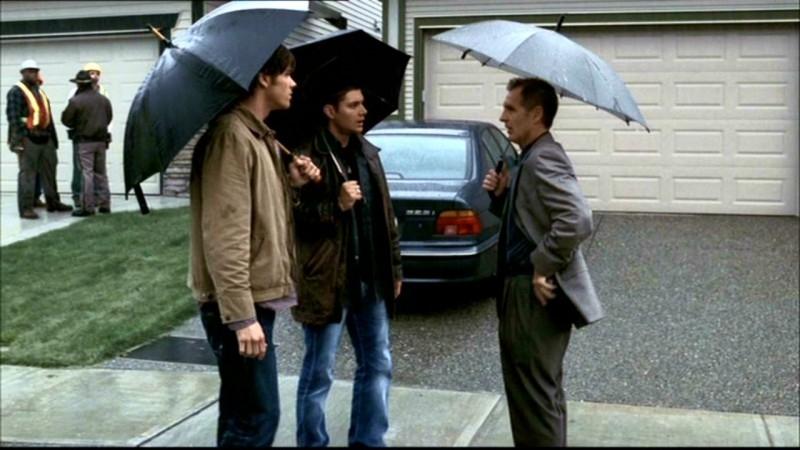 Jared Padalecki, Jensen Ackles e Andrew Airlie mentre discutono dell'ultima morte misteriosa in 'Bugs'