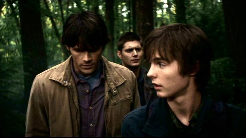 Jared Padalecki, Jensen Ackles e Tyler Johnston in 'Bugs' mentre camminano nei boschi per cercare tracce sui fenomeni che stanno accandendo