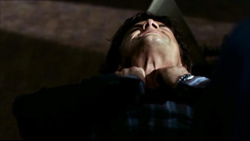 Jared Padalecki mentre viene soffocato dal poltergeist che infesta la casa nell'episodio 'Home'