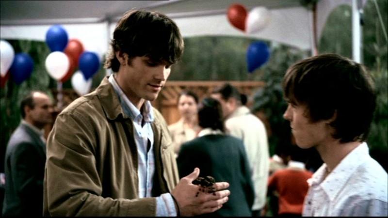 Jared Padalecki tiene tra le mani l'animletto 'domestico' di Matt, interpretato da Tyler Johnston