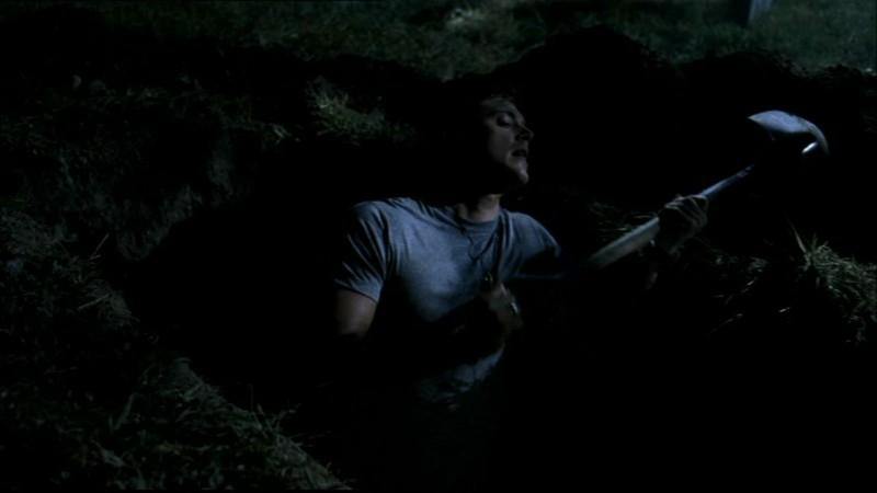 Jensen Ackles mentre sta dissotterrando i resti dell'Uomo Uncino in 'Hookman'
