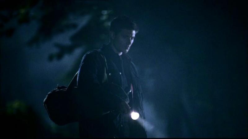 Jensen Ackles nel cimitero alla ricerca della toma di Jacob Karns in 'L'uomo uncino' di Supernatural