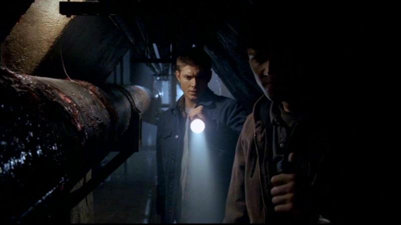 Jensen Ackles nel ruolo di Dean, fa luce su dei resti umani trovati nelle fogne in 'Skin'