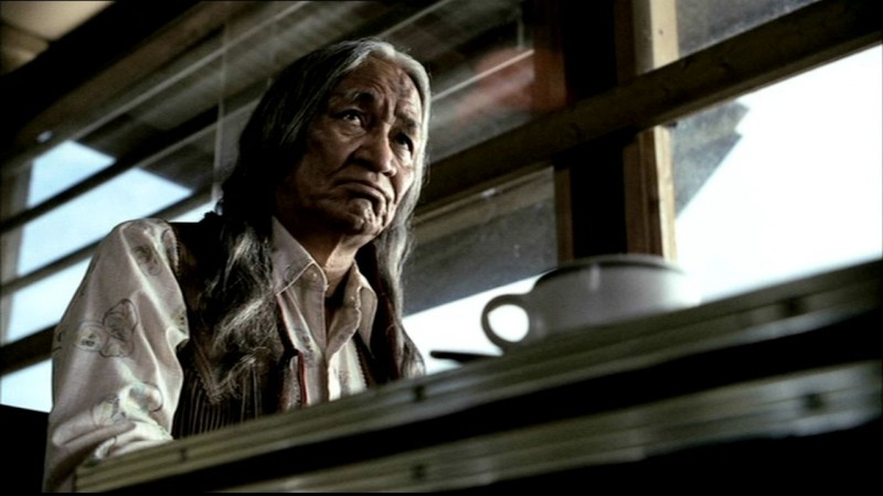 Joe Albero Bianco, racconta ai Winchester l'antica maledizione che grava su Oasis Plains nell'episodio 'Bugs'