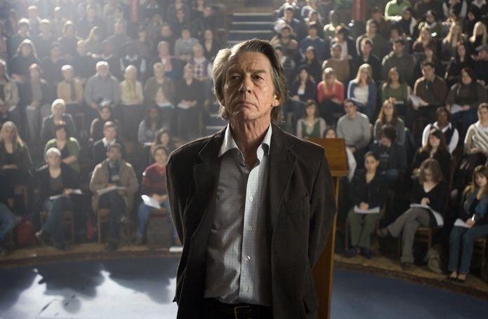 John Hurt in una scena del film Oxford Murders - Teorema di un delitto