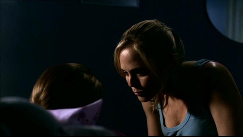 Kristin Richardson rassicura la piccola Sari nell'episodio 'Home' di Supernatural