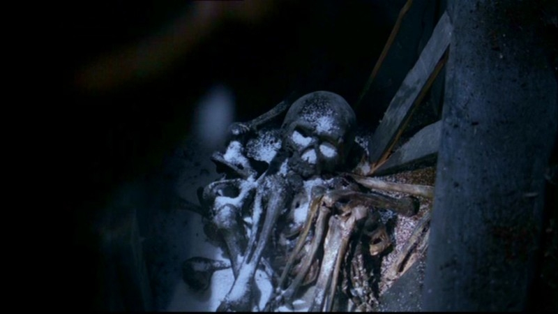 Le ossa di Jacob Karns, pronte per essere date alla fiamme da Dean Winchester in 'Hookman'