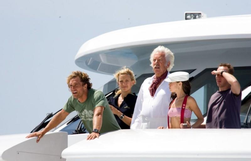 Matthew McConaughey, Kate Hudson, Donald Sutherland, Alexis Dziena e Ewen Bremner in una scena del film Tutti pazzi per l'oro
