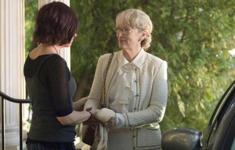 Toni Collette e Meryl Streep in una scena del film Un amore senza tempo