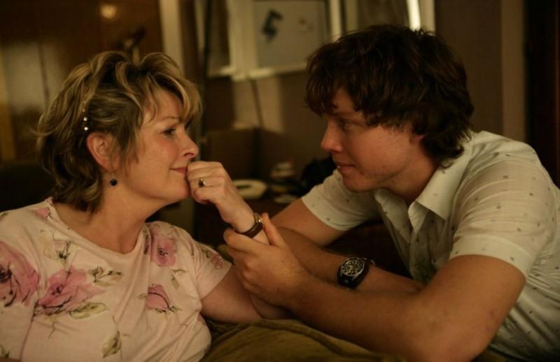 Brenda Blethyn e Khan Chittenden in una scena del film Il matrimonio è un affare di famiglia