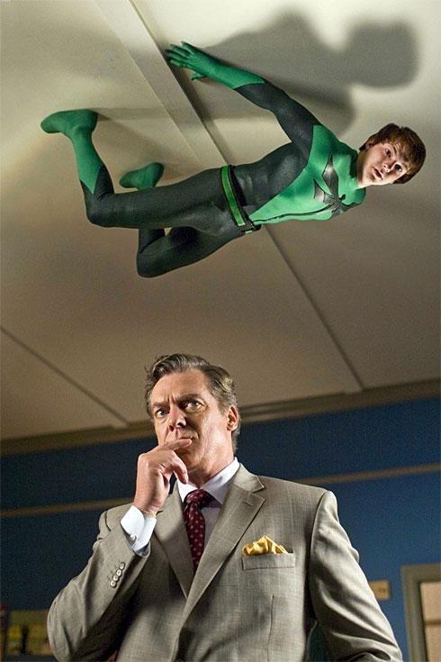 Drake Bell e Christopher McDonald in una sequenza del film Superhero Movie