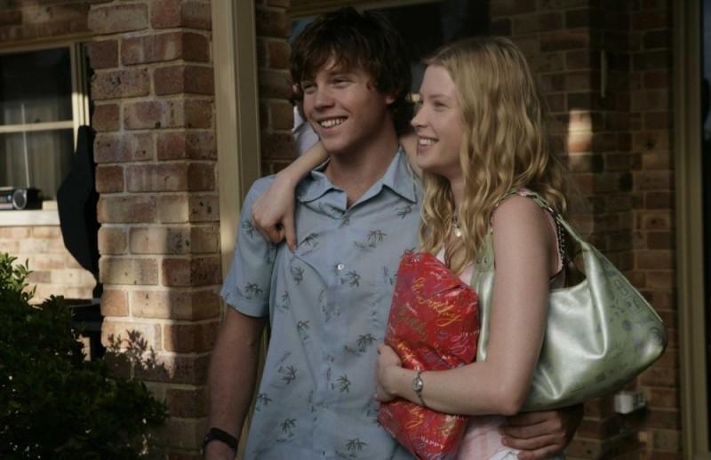 Khan Chittenden ed Emma Booth in una sequenza del film Il matrimonio è un affare di famiglia
