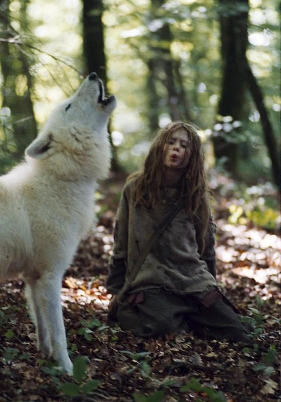 Mathilde Goffart in una scena del film Sopravvivere con i lupi