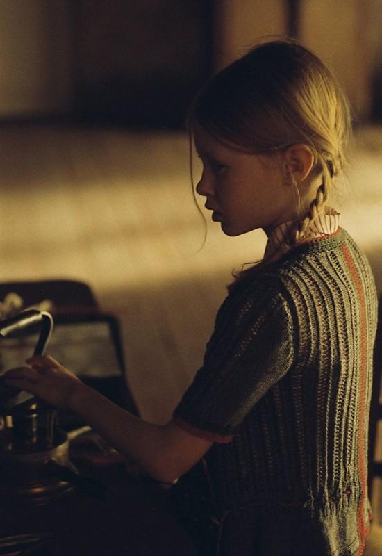 Mathilde Goffart in una sequenza del film Sopravvivere con i lupi