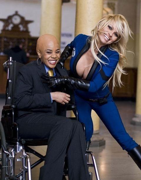 Regina Hall e Pamela Anderson in un'immagine sul set del film Superhero Movie