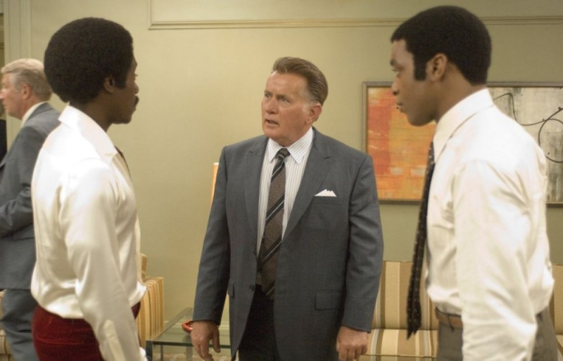 Chiwetel Ejiofor, Don Cheadle e Martin Sheen in una scena del film Talk to me