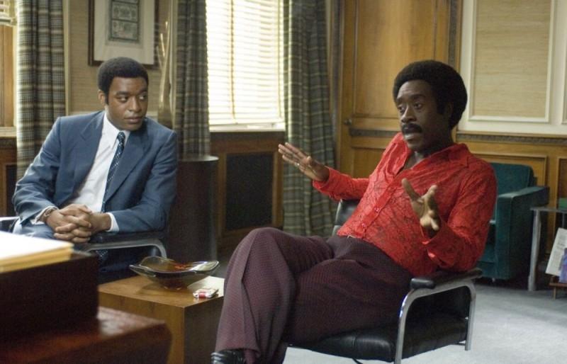 Chiwetel Ejiofor e Don Cheadle in una scena del film Talk to me