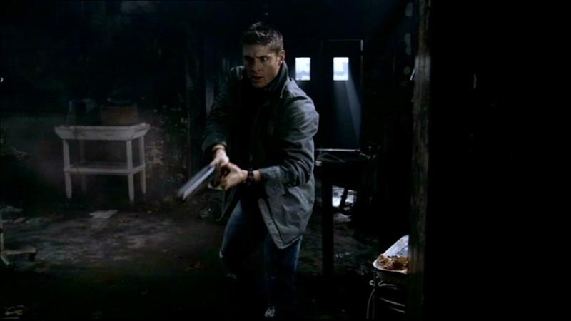 Dean, interpretato da Jensen Ackles, ha appena messo in fuga uno fantasma nell'episodio 'La rivolta' della serie Supernatural