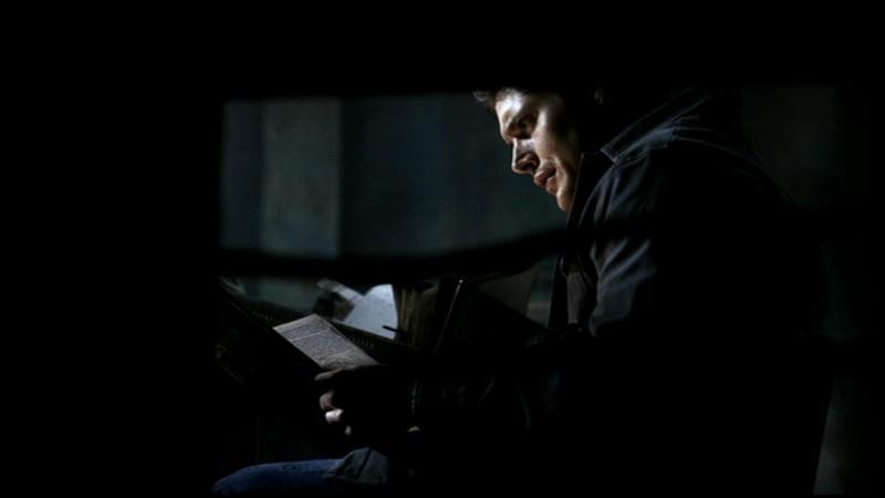 Dean, interpretato da Jensen Ackles, mentre esamina dei file incriminanti nell'episodio 'La rivolta' di Supernatural