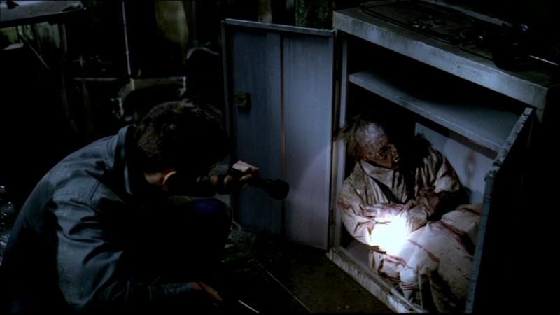Dean, interpretato da Jensen Ackles, trova i resti dello psichiatra folle che infesta il manicomio in 'La rivolta', nella serie Supernatural