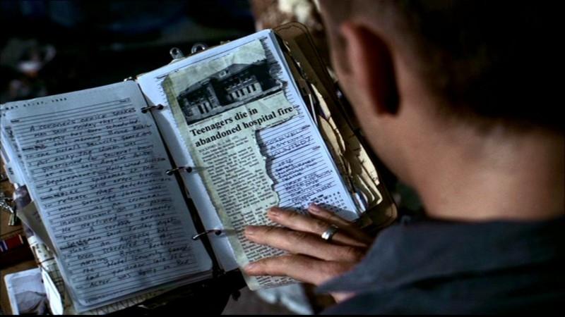 Dean, Jensen Ackels, sfoglia il diario di John Winchester per trovare degli indizi nell'episodio 'La rivolta' di Supernatural
