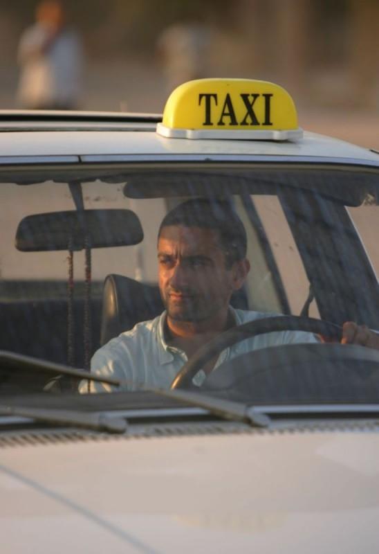 Georges Khabbaz in una sequenza del film Sotto le bombe