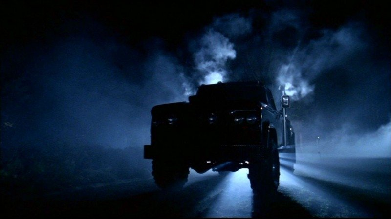Il furgone assassino che miete vittime sull'asfalto nell'episodio 'Route 666' di Supernatural
