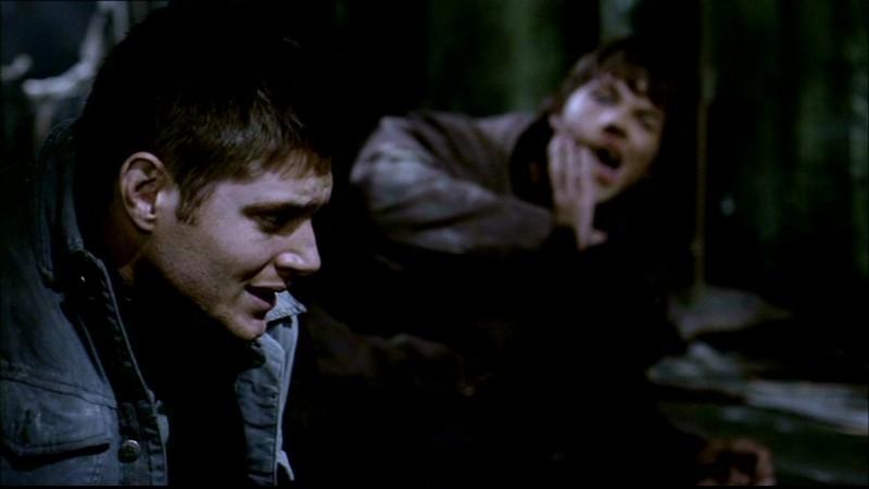 Jared Padalecki, che interpreta Sam, si massaggia la mascella dopo che Dean, il personaggio di Jensen Ackles, lo ha preso a pugni in 'Asylum' di Supernatural