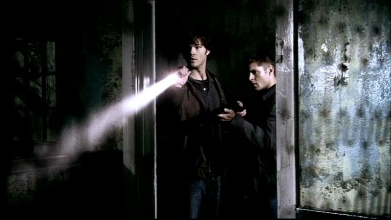 Jared Padalecki e Jensen Ackles esplorano il manicomio dell'episodio 'La rivolta' della serie Supernatural