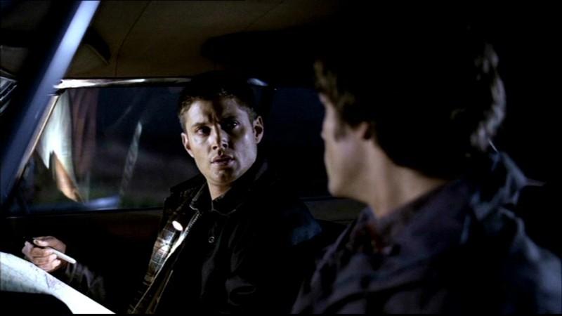 Jared Padalecki e Jensen Ackles mentre litigano nei panni di Sam e Dean nell'episodio 'Lo spaventapasseri' di Supernatural
