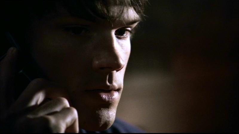 Jared Padalecki interpreta Sam, mentre riceve la telefonata da suo padre nell'episodio 'Lo spaventapasseri' di Supernatural