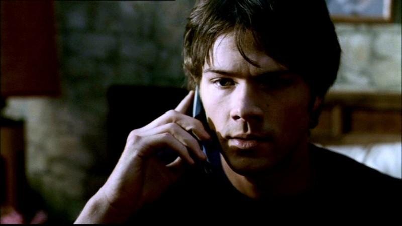 Jared Padalecki nei panni di Sam mentre riceve una telefonata molto attesa nell'episodio 'La rivolta' di Supernatural