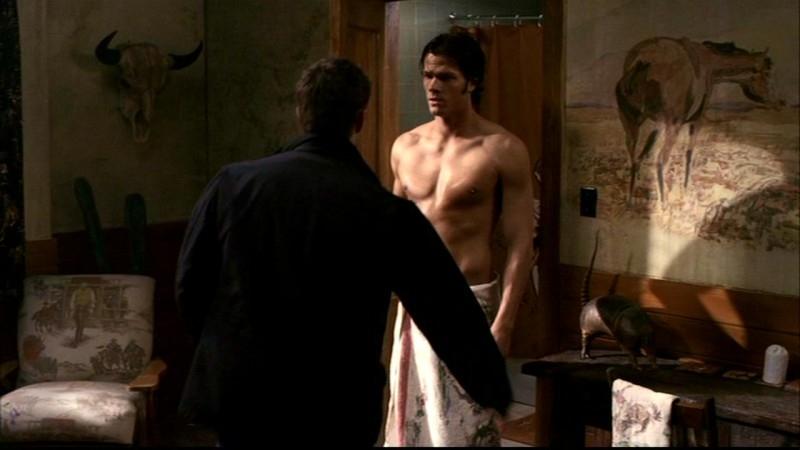Jared Padalecki, Sam Winchester, sta per subire un terribile scherzo da suo fratello Dean (di spalle Jensen Ackles) nell' episodio 'La casa infernale' di Supernatural