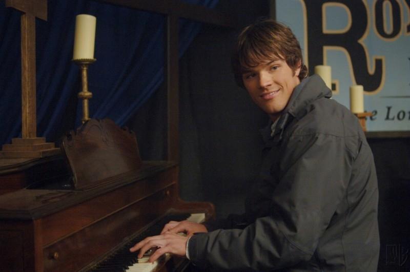 Jared Padalecki si intrattiene sul set dell'episodio 'Faith' della serie Supernatural