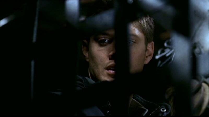 Jensen Ackles è Dean Winchester. Dean ha appena ritrovato suo fratello rapito da una banda di psicopatici nell'episodio 'La famiglia Bender' di Supernatural