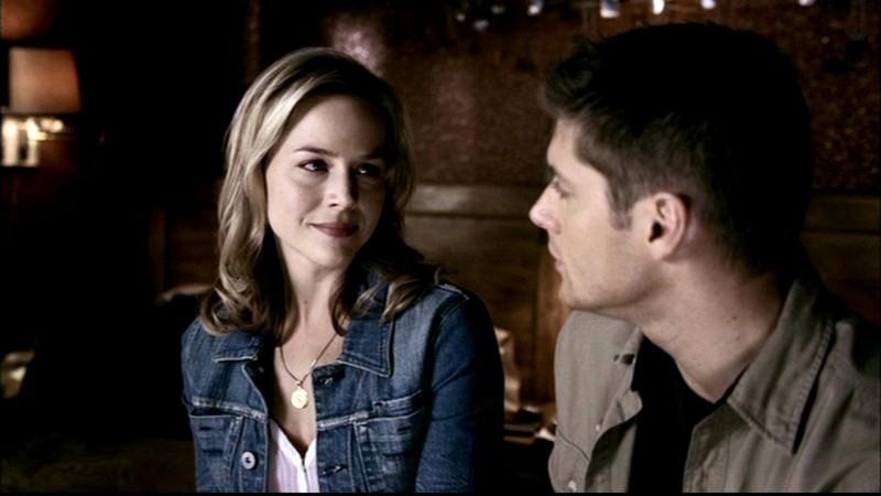 Jensen Ackles e Julie Benz, mentre si dicono addio nei panni di Dean e Layla, nell'episodio 'Faith' di Supernatural