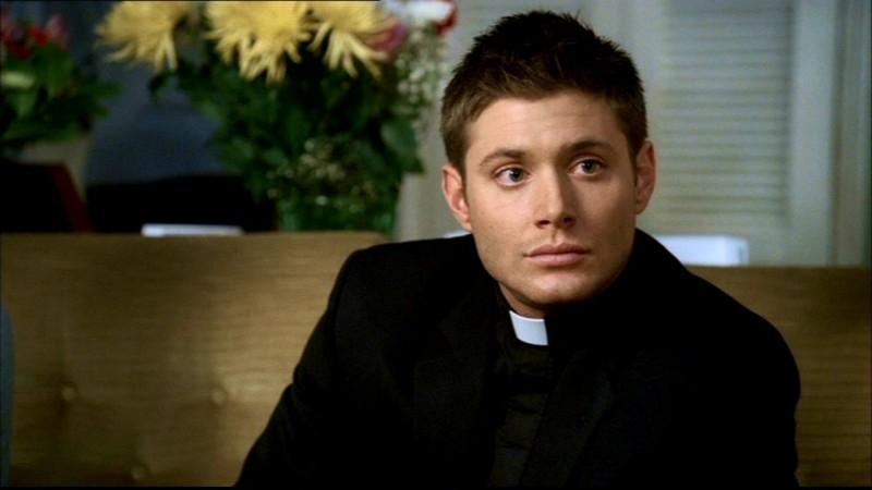 Jensen Ackles nei panni di Dean, travestito da prete per ottenere informazioni, nell'episodio 'Incubi' di Supernatural
