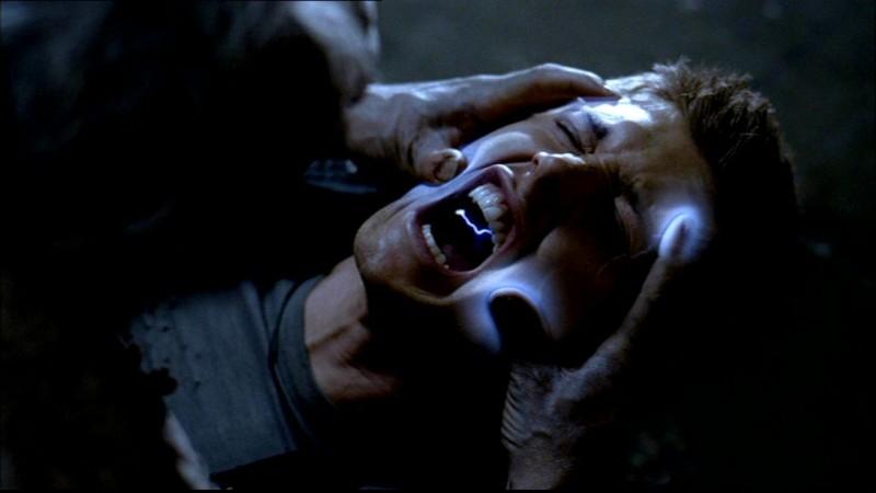 Jensen Ackles nei panni di Dean Winchester mentre viene aggredito da uno spirito malvagio nell'episodio 'La rivolta' di Supernatural