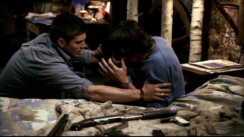 Jensen Ackles, nel ruolo di Dean Winchester, soccorre suo fratello Sam, interpretato da Jared Padalecki, nell'episodio 'Incubi' di Supernatural