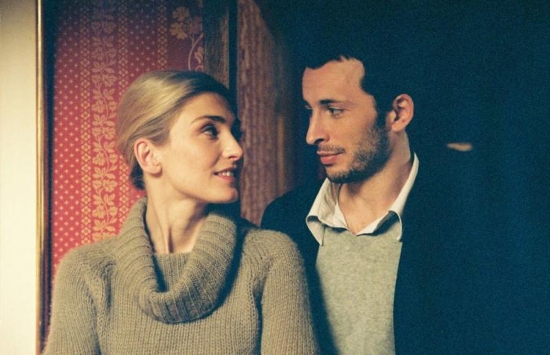 Julie Gayet e Michaël Cohen in una scena del film Solo un bacio per favore